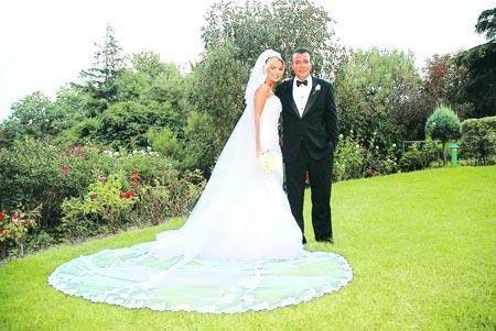 Ece erken emina türkcan düğünde klasik çizgiler taşıyan sade